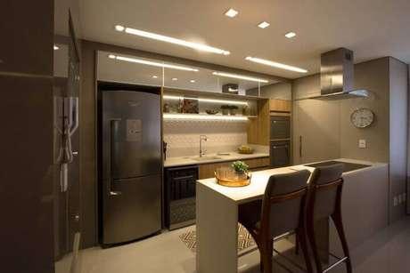 10. Cozinha americana com trecho atrás da pia com revestimento de gesso 3D. Projeto de Marina Turnes