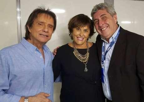 Roberto Carlos com Marcia Fernandes e o florista Eduardo Ostuni nos bastidores de show na capital paulista