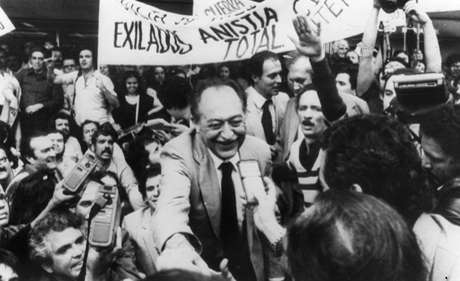 O político Miguel Arraes, em 1979, quando voltou do exílio durante a Ditadura Militar