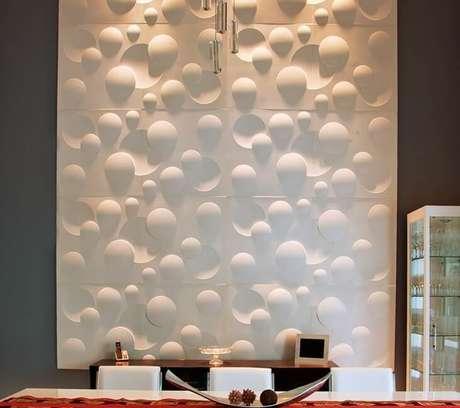 18. Painel de gesso 3D branco em parede cinza. Foto de Gesso Tatuí 3D