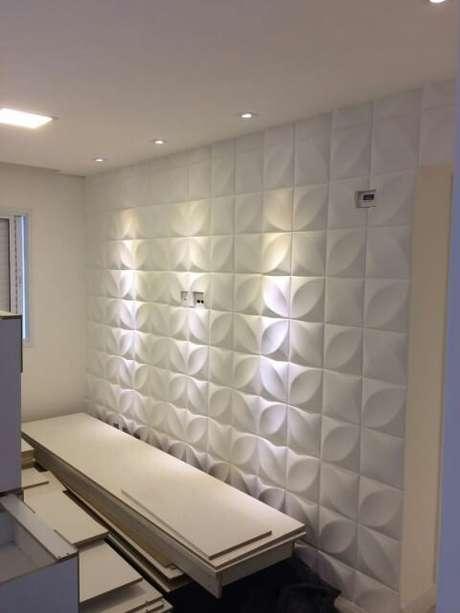 29. Parede com gesso 3D branco em quarto com iluminação com spots. Foto de Mercado Livre