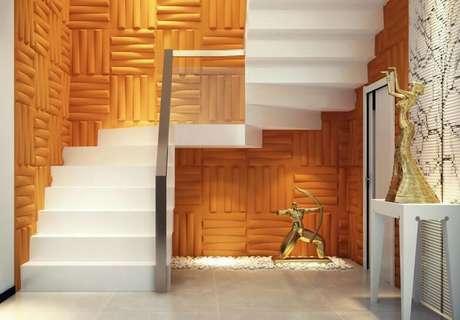 47. Parede com gesso 3D laranja contrastando com a escada branca. Foto de Polo Casa e Arte