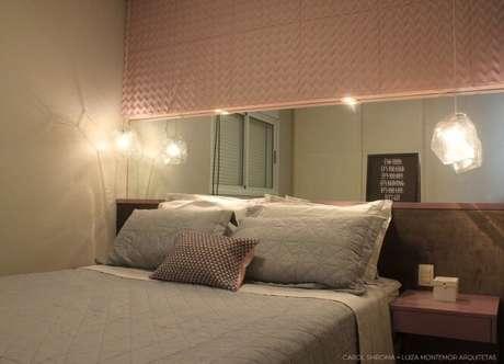 58. Parede de gesso 3D rosa claro e espelho atrás da cama. Projeto de Luiza Montemor