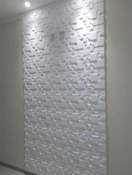 17. Parte da parede com gesso 3D geométrico e spots no teto. Foto de Elo7