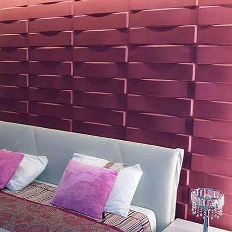 9. Quarto com parede de gesso 3D rosa atrás da cama. Foto de Build Sweet Home
