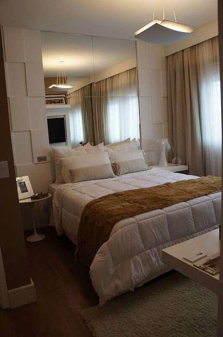 52. Quarto de casal com espelho e gesso 3D na parede atrás da cama. Projeto de Mauren Buest