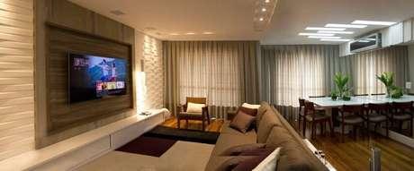 64. Sala com painel para TV e gesso 3D na mesma parede. Projeto de Ofício da Arte