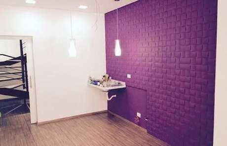 60. Sala com parede de gesso 3D roxa. Foto de Webcomunica