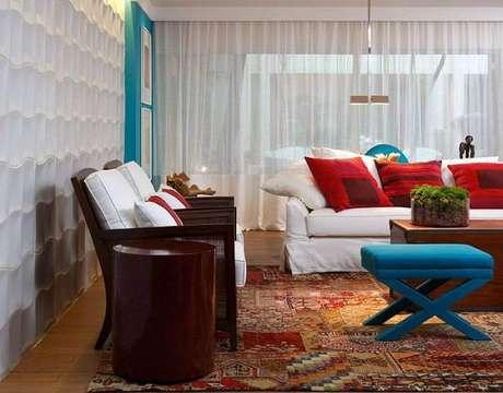 66. Sala de estar colorida com parede de gesso 3D. Projeto de Marília Caetano