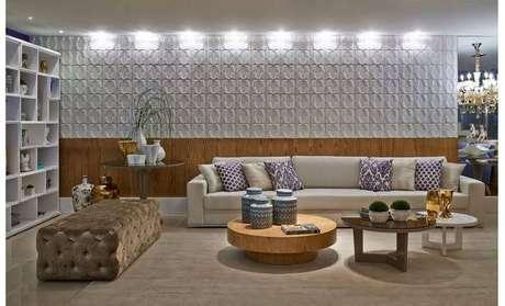 63. Sala de estar com parede com madeira e gesso 3D branco. Projeto de CS Projetos