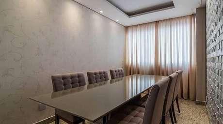 11. Sala de jantar com parede com revestimento de gesso 3D marrom. Projeto de Mariana Lazarini Prado