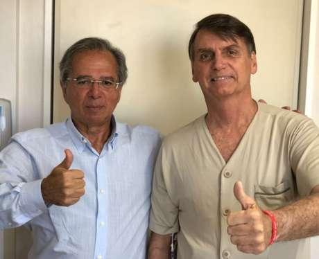 Bolsonaro (dir.) ao lado do economista Paulo Guedes, em visita deste último ao hospital Albert Einstein, em São Paulo