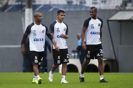 Sánchez e Derlis caminham em treinamento ao lado do colombiano Jonathan Copete (Foto: Ivan Storti/Santos)