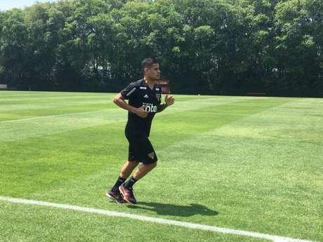 Everton deu algumas voltas nos gramados do CT nesta terça-feira - FOTO: Fellipe Lucena