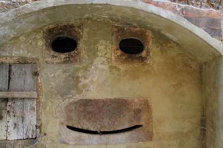 Uma parede na Toscana, Itália, remete a um rosto sorridente