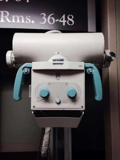 Parte de um equipamento médico que parece um rosto com um sorriso sinistro