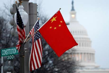 Bandeiras da China e dos Estados Unidos em poste de Washington 18/01/2011  REUTERS/Hyungwon Kang