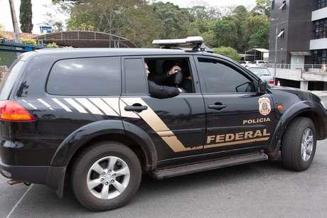 Carro da Polícia Federal leva agentes em operação