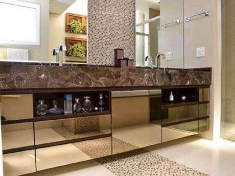 12. Banheiro decorado com bancada espelhada com espelho bronze – Foto: Pinterest