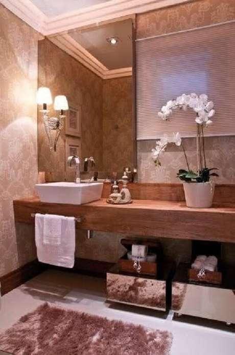 10. Decoração com espelho bronze e bancada de madeira para banheiro – Foto: Pinterest