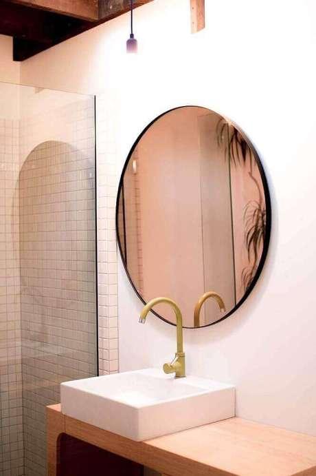 13. Decoração para banheiro com espelho de bronze redondo e bancada de madeira – Foto: Ceramics tiles