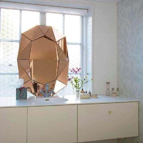 15. Decoração para buffet branco decorado com espelho de bronze bisotê – Foto: St Jose Phauburn