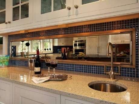 4. Cozinha com espelho bronze e pastilhas azuis – Foto: Benimmulku