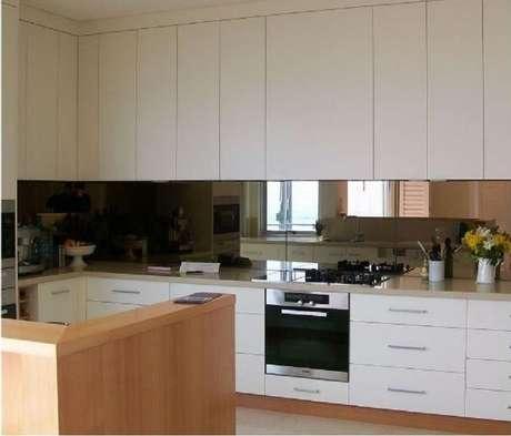 3. Decoração clean para cozinha com espelho bronze – Foto: Pinterest