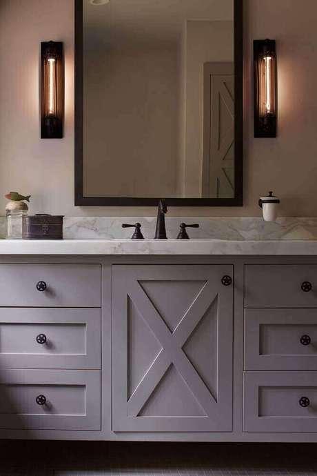 19. Decoração clássica para banheiro com espelho bronze retangular – Foto: SVM House