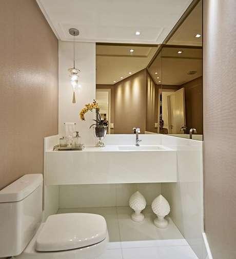 11. Para utilizar o espelho bronze é importante que o banheiro tenha uma boa iluminação – Foto: Aaron Guides