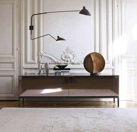 20. Decoração com luminária preta moderna e aparador espelhado bronze – Foto: Claude Cartier