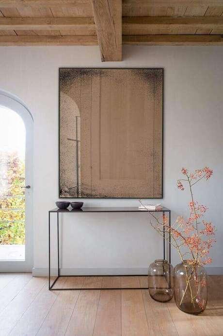21. Decoração com aparador minimalista e espelho bronze quadrado – Foto: Stockist