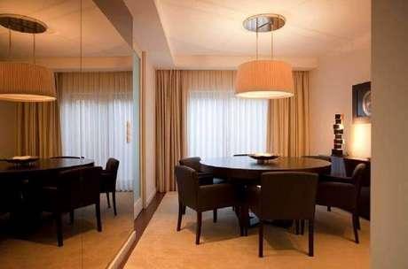 24. Decoração com espelho bronze para sala de jantar com mesa redonda – Foto: Pinterest