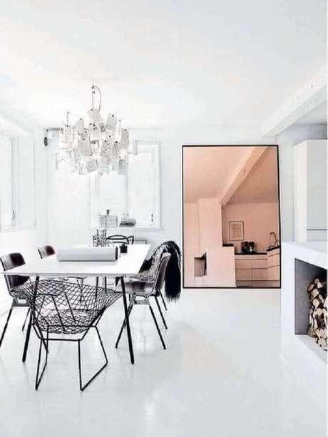 27. Decoração com modelo grande de espelho bronze para sala de jantar minimalista – Foto: Pinterest