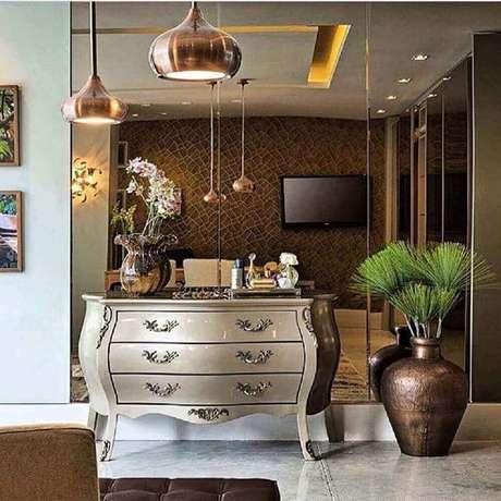 28. O espelho bronze combina com diversos estilos de decoração – Foto: Rajamala Furniture