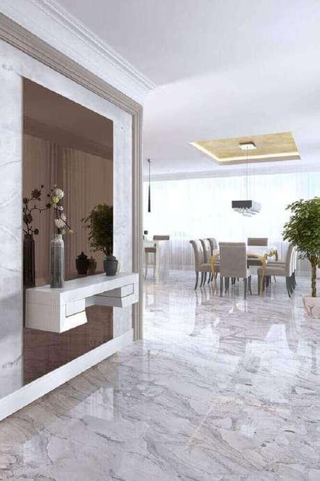 29. Decoração com parede revestida de espelho bronze e parador branco suspenso – Foto: Pinterest