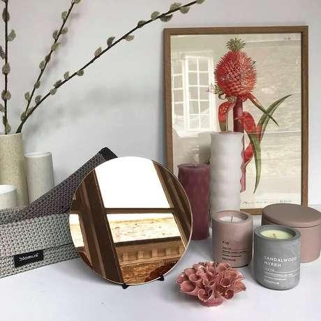 2. Decoração com velas e pequeno espelho bronze – Foto: The Clementine