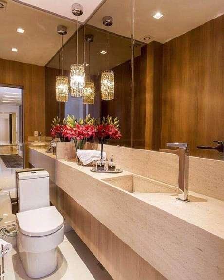 33. Decoração para lavabo sofisticado com espelho de bronze e bancada de mármore – Foto: Carolina Kist