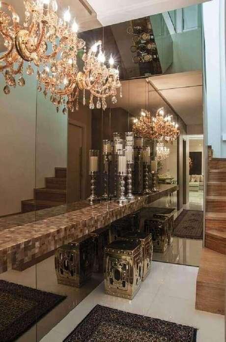34. Para deixar a decoração dos ambientes ainda mais sofisticada trabalhe com espelho bronze e uma aconchegante iluminação – Foto: Pinterest