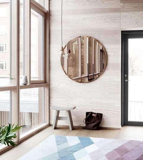 35. Decoração minimalista com modelo redondo de espelho bronze – Foto: Pinterest
