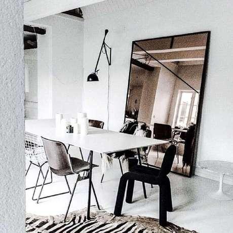 36. Decoração moderna e minimalista com modelo grande de espelho bronze para sala de jantar – Foto: Pinterest