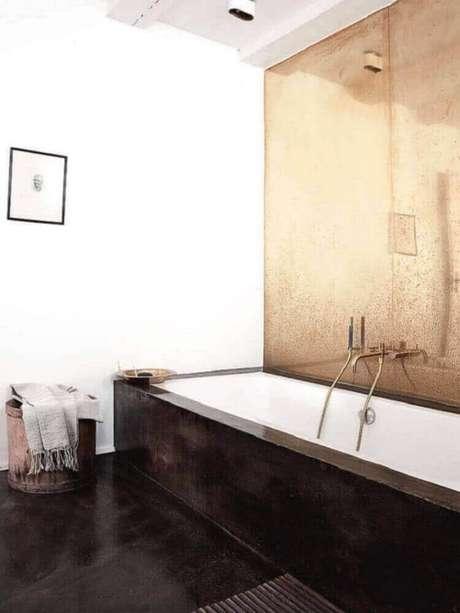 37. Banheiro decorado com piso preto e espelho bronze – Foto: Best Luxury Home