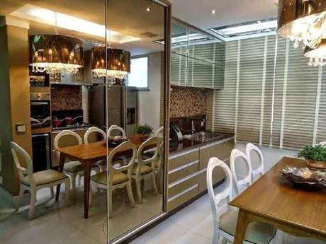 38. Decoração para cozinha com espelho bronze em armário e pendentes sobre a mesa de madeira – Foto: Pinterest