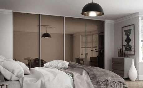 40. Decoração para quarto com guarda roupa espelhado bronze com portas de correr – Foto: Pinterest