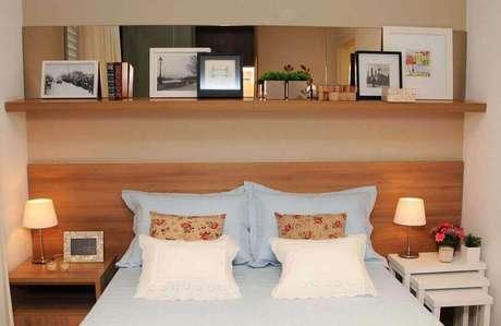 43. Quarto de casal decorado com espelho de bronze na cabeceira da cama – Foto: Pinterest