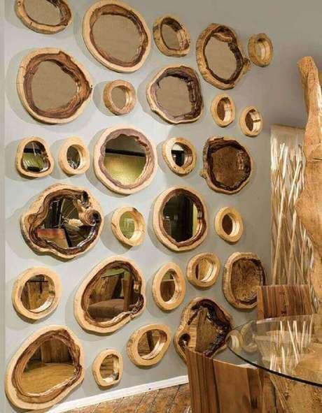 46. Decoração rústica para parede com vários espelhos bronze com moldura de madeira – Foto: Pinterest