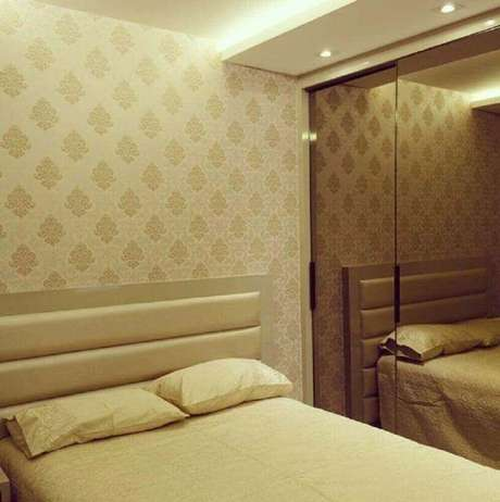 47. Decoração simples para quarto em tons de bege com papel de parede e guarda roupa espelhado bronze – Foto: Villa Arquitetura