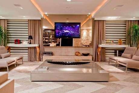 48. Decoração sofisticada para sala de estar com espelho bronze como painel de TV – Foto: Pinterest