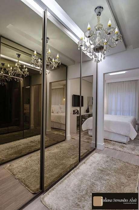 70. Decoração sofisticada para quarto de casal com closet e espelho de bronze – Foto: Juliana Abad