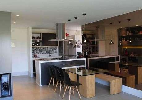 51. Decoração com espelho bronze para sala de jantar com cozinha integrada – Foto: Pinterest